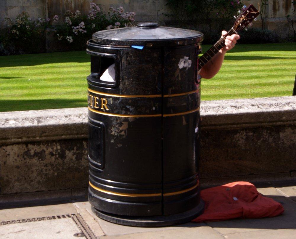 """Rubbish"" street performer!!"